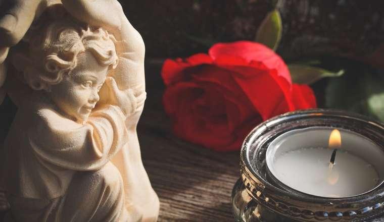 Engel der Liebe mit Rose