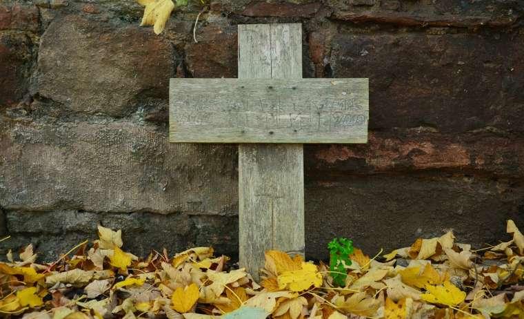 Schicksal. Kreuz im Wald,