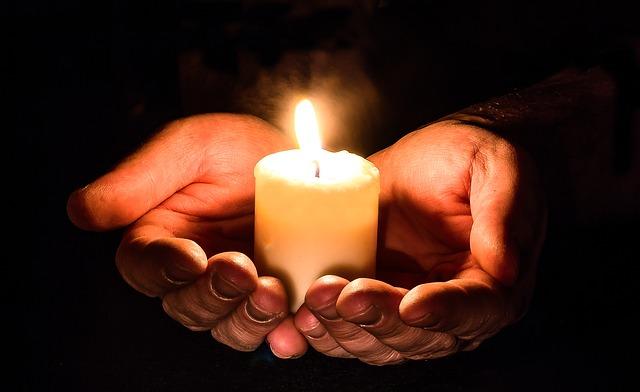 Trauermotive Whatsapp - Kerze auf Händen